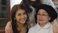 <p>Bersama Oma-nya Kesha yang berarti juga ibu Mona Ratuliu, Neng Dedeh Sumiati. (Foto: Instagram/monaratuliu)</p>