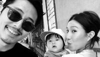 <p>Tak lagi ada dalam drama tersebut, Steve Yeun jadi punya banyak waktu dengan keluarga. Kini, Steve Yeun banyak bermain film di negara asalnya, Korea Selatan. (Foto: Instagram/jopakka)</p>