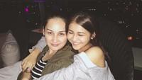<p>Dulu bahkan hingga sekarang Mona Ratuliu seringkali mengunggah foto bersama aktris pendatang baru, Kesha Ratuliu. Malah, Kesha disangka anak Mona Ratuliu, Bun. (Foto: Instagram/kesharatuliu05)</p>