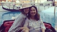 <p>Momen liburan Mikha dan bundanya ke Macau nih. Seru ya, Bun. (Foto: Instagram @miktambayong)</p>
