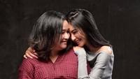 <p>Hangat banget pelukan Mikha buat Bunda Deva. So sweet banget! (Foto: Instagram @miktambayong)</p>