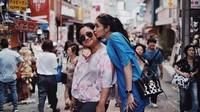 <p>Muach, Mikha beri ciuman sayang untuk Bunda saat lagi pelesiran di Tokyo. (Foto: Instagram @miktambayong)</p>