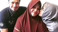 <p>Muach, ciuman sayang Jihan untuk ibunda yang sedang berulangtahun. (Foto: Instagram @truejf</p>