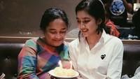 <p>Saat Bunda Deva ulang tahun. Selamat ulang tahun Bunda Deva, semoga sehat selalu. (Foto: Instagram @miktambayong) <br /><br /></p>