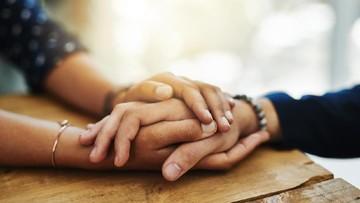 4 Cara Bunda Berempati pada Keluarga Korban Pesawat Jatuh