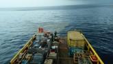Awak kapal Pertamina mengamati serpihan pesawat Lion Air bernomor penerbangan JT610 rute Jakarta-Pangkalpinang yang jatuh di Tanjung Karawang, Jawa Barat, Senin (29/10). (ANTARA FOTO/HO-Pertamina/aww).