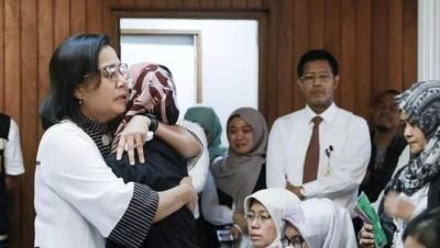 Peluk Hangat Sri Mulyani untuk Keluarga Korban Lion Air