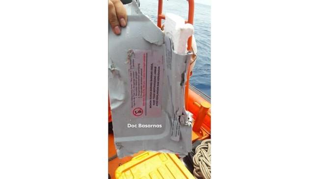 Bagian pesawat Lion Air JT-610 yang jatuh di perairan Tanjung Karawang, Jawa Barat, Senin (29/10). Petugas Basarnas bersama Polri, TNI berupaya mengevakuasiserpihan pesawat dan korban. (ANTARA FOTO/H0-Humas Basarnas/aww).