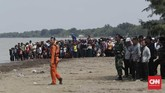 Basarnas dan TNI dengan menggunakan peralatan seperti ROV coba mengevakuasi korban pesawat Lion Air JT-610 yang jatuh di Tanjung Karawang.