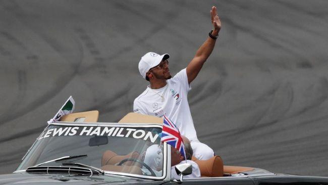 Lewis Hamilton menyebut bahwa dunia balap F1 akan merindukan sosok Alonso yang memutuskan pensiun akhir musim tahun ini.