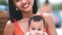 Cinta saat berumur 6 bulan digendong Bunda Herdiana. (Foto: Instagram/herdianak)