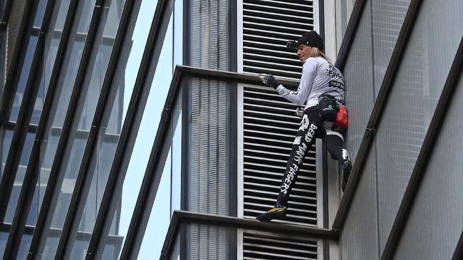Pemanjat bebas asal Prancis, Alain Robert membuat heboh kota Manila, Filipina karena memanjat gedung tertinggi setempat, tetapi berakhir ditangkap aparat.