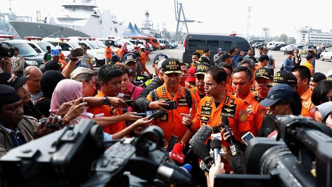 Kepala Basarnas Marsekal Madya M. Syaugi mengatakan para penyelam mengalami kendala saat mencari lokasi jatuhnya pesawat Lion Air JT-610 pada sore hari.