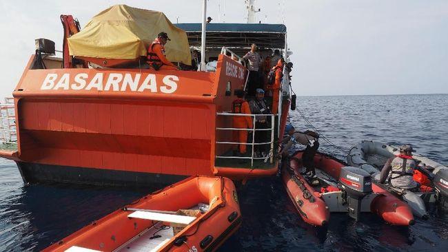 Sebanyak 34 kapal, termasuk KRI Banda Aceh 593-2 yang ditumpangi CNNIndonesia.com, dikerahkan untuk mencari dan mengevakuasi korban Lion Air JT-610.
