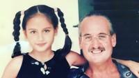 Cinta pun tumbuh jadi anak yang cantik. Ini foto Cinta ketika berusia 6 tahun bersama sang ayah. (Foto: Instagram/herdianak)
