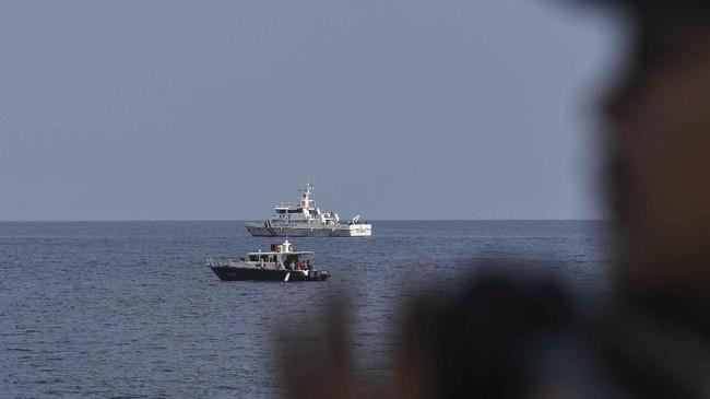Tim SAR Gabungan menyisir jengkal demi jengkal lautan demi mencari bangkai pesawat JT-610yang jatuh di Tanjung Karawang, Jawa Barat.