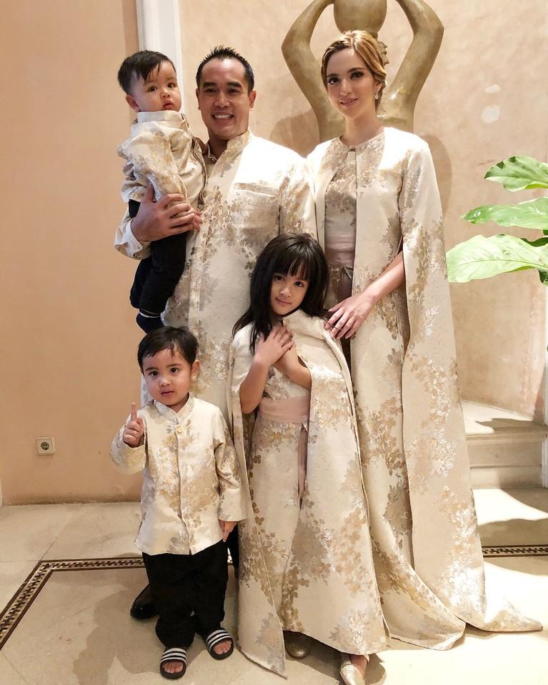 Keluarga kecil Nia Ramadhani dan Ardi Bakrie juga semakin berwarna dengan kehadiran tiga buah hati mereka, Mikhayla, Mainaka dan Magika.