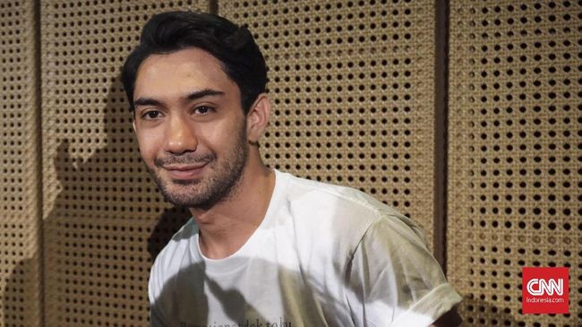 Aktor Reza Rahadian menyebut ada dua tokoh yang layak menyandang pahlawan perfilman Indonesia.