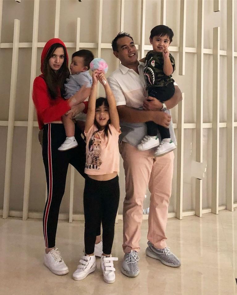 Keluarga kecil Nia Ramadhani dan Ardi Bakrie juga selalu terlihat kompak dan akrab selalu.