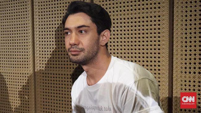 Tangis Reza Rahadian yang menjadi pemeran BJ Habibie dalam film Habibie Ainun pecah ketika saat mengunjungi rumah duka Presiden ketiga RI itu.