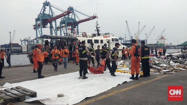 Tim SAR Gabungan menemukan sejumlah indikasi keberadaan bodi pesawat Lion Air JT610, yakni ditemukannya majalah pesawat dna life vest atau jaket pelampung.