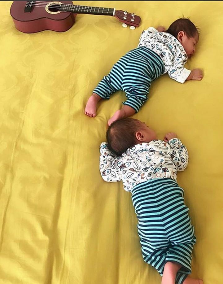 April Jasmine memiliki anak kembar laki-laki yang cute abis. Pipinya apalagi, Bun, gembil banget.