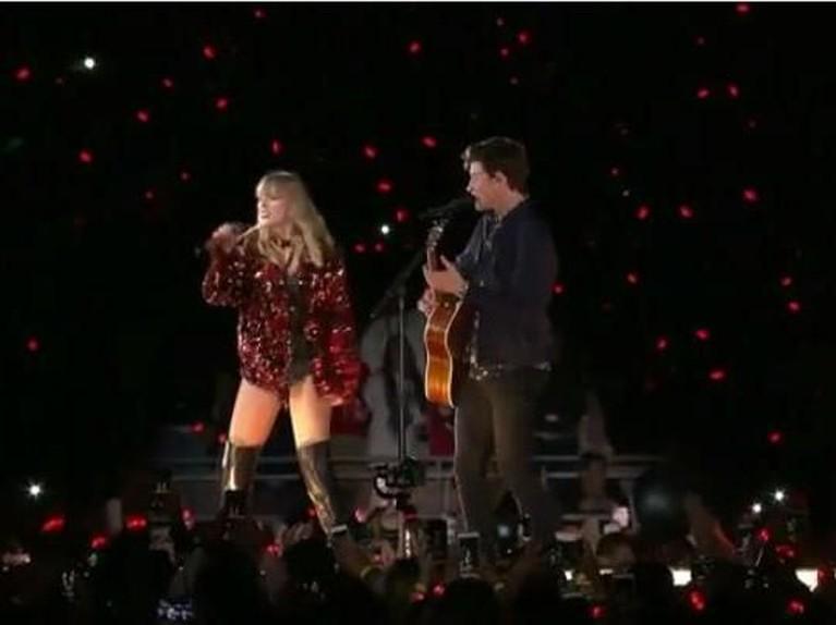 Shawn Mendes.Swift mengagetkan seisi penonton di Rose Bowl, Pasadena, California, dengan menghadirkan Shawn Mendes. Swift dan Mendestampil dengan membawakan laguThere's Nothing Holdin' Me Back.