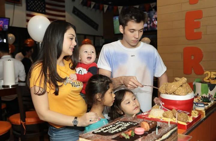 <p>Throwback sekeluarga merayakan ulang tahun papa. Wah anak-anak sudah tidak sabar mencicipi kue ulang tahun. (Foto: Instagram @jelley.sc)</p>