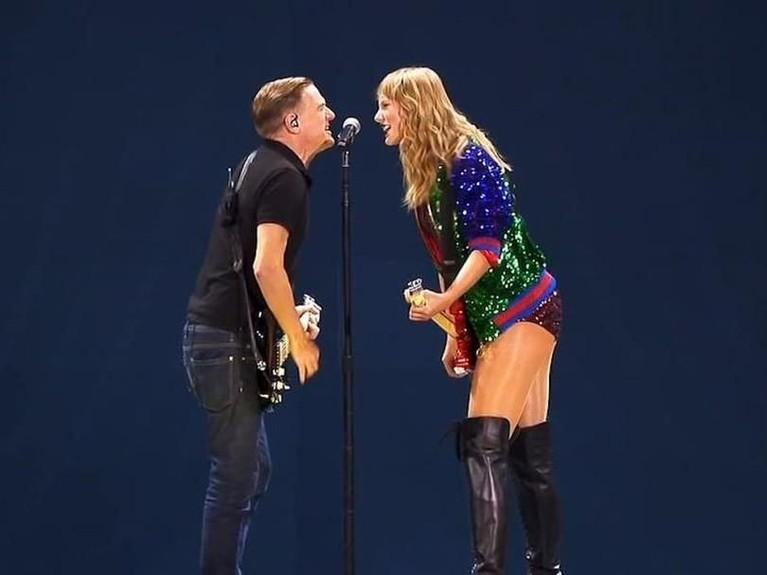 Bryan Adams. Konser yang berlangsung di Rogers Centre, Toronto, Ontario, Swift tampil memukau dengan rocker asal Kanada, Bryan Adams. Swift dan Adams hadir menyanyikan lagu Summer of 69.