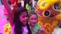 <p>Si kakak pertama, Jemima bersama Eleeya happy banget nih lihat Barongsai. (Foto: Instagram @jelley.sc)</p>