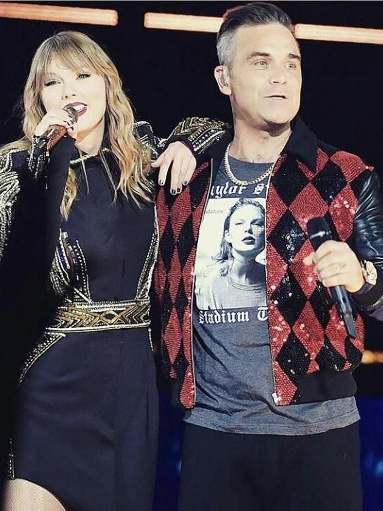 Robbie Williams.Swift duet bersama penyanyi asal Inggris, Robbie Williams, membawakan laguAngels.Swift mengaku sangat duet itu adalah pengalaman yang spektakuler untuknya.