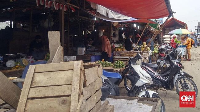 Ribuan warga menyerbu Pasa Remu, Kota Sorong, Papua Barat, karena mendapat informasi soal penghentian aktivitas selama tiga hari, 10-12 April 2020.