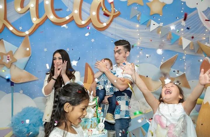 Yuk, intip foto-foto menggemaskan anak Celine Evangelista. Lucu banget lho mereka.