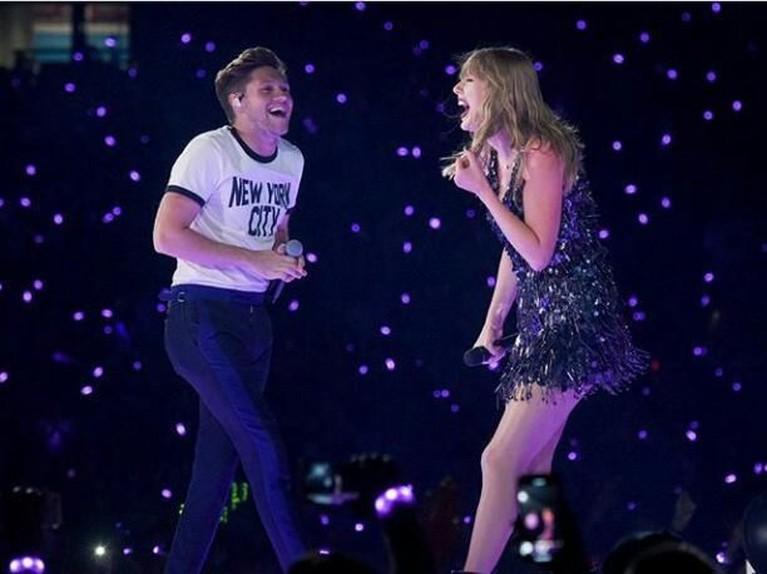 Niall Horan.Kehadiran personel One Direction, Nial Horan,membuatheboh ribuan Swifties di Wembley Stadium, London. Horan dan Swift membawakan laguSlow Handsbersama.