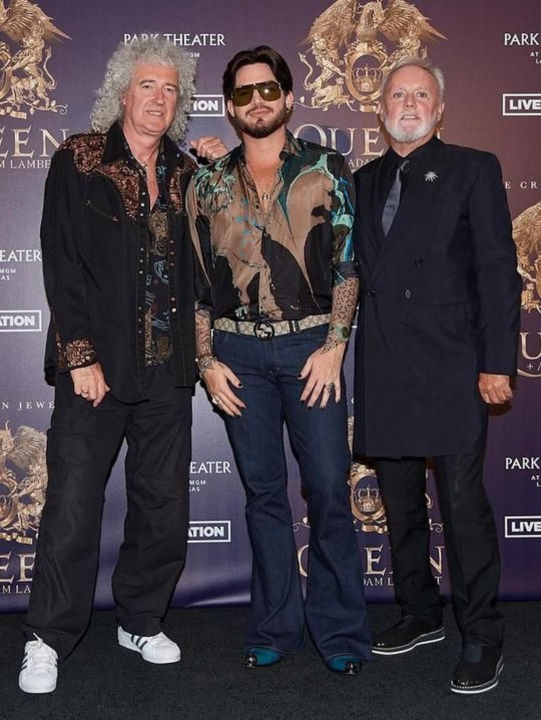 2 Personel Queen Ikut Membantu. Sang gitaris, Brian May, dan drummer, Roger Taylor, ikut serta membantu dan menyiapkan film Bohemian Rhapsody. Keduanya berperan sebagai produser film yang ikut menghidupkan karakter masing-masing personel Queen.
