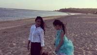 <p>Wah seru banget nih Bunda Nafa dan Mikhaela main ke pantai. Vitamin sea! (Foto: Instagram @nafaurbach)</p>