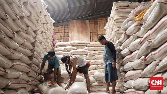Menko Perekonomian Darmin Nasution yakin Bulog bisa menggelontorkan beras sampai 15 ribu ton per hari untuk operasi pasar agar harganya bisa turun.