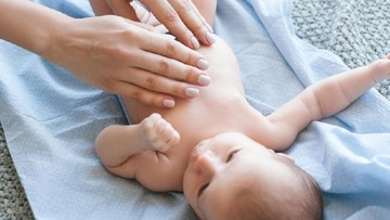 Bun, Pijat Bayi Bisa Latih Kemampuan Bahasanya Sejak Dini