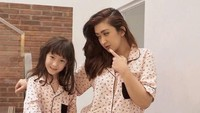 <p>Kompak banget BundaNafa Urbach dan Mikhaela pakai kembaran piyama. (Foto: Instagram @nafaurbach)</p>