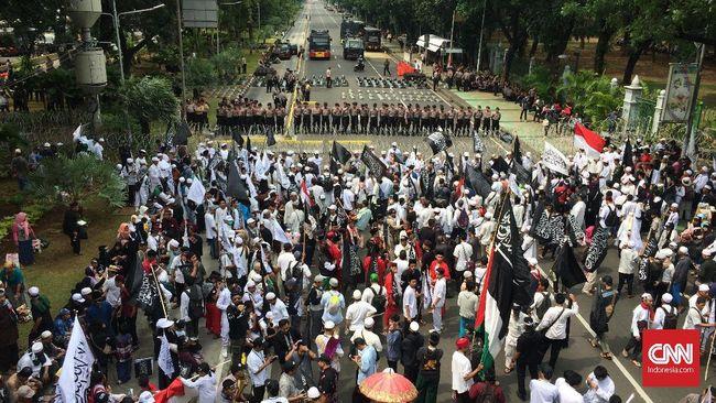 Sedianya massa aksi Bela Tauhid akan beraksi di depan Istana untuk menyuarakan tuntutan. Namun jalan di sekitar Istana diblokade oleh petugas.