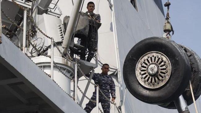 Tim Basarnas masih terus mencari puing pesawat terutama badan Lion Air PK-LPQ yang sampai saat ini belum bisa ditemukan.