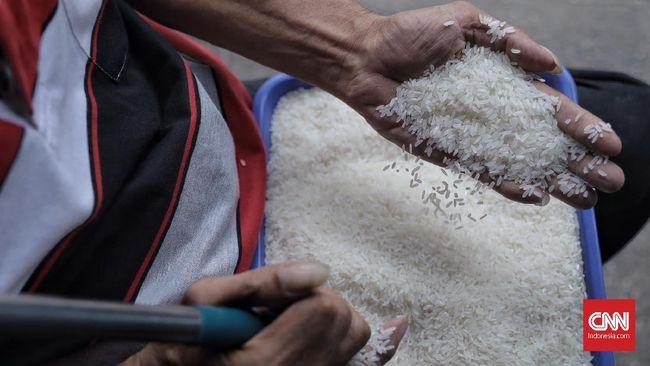 Stok beras Bulog melimpah. Saking banyaknya, Bulog ingin melepas 1 juta ton beras, dan membuang 50 ribu ton di antaranya dari cadangan tahun 2015-2017.