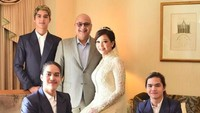 <p>Pada tanggal 29 Oktober 2018 lalu, Maia Estianty dan Irwan Mussry menikah di Masjid Tokyo Camii, Jepang. Pernikahan keduanya dihadiri keluarga, termasuk ketiga anak Maia dari pernikahan pertamanya. (Foto: Instagram @maiaestiantyreal)</p>