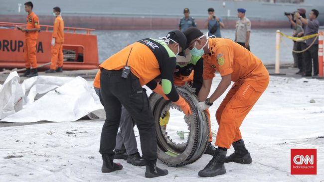 Keluarga korban Lion Air JT-610 menggelar peringatan jatuhnya pesawat tersebut pada hari ini. Persoalan lainnya yang belum tuntas adalah soal ganti rugi.
