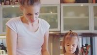 <p>Bunda Viola dan Mila kompak bikin kue nih. (Foto: Instagram/@lolagin)</p>