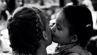 <p>Kecup sayang Mila untuk sang Bunda tercinta. (Foto: Instagram/@lolagin)</p>