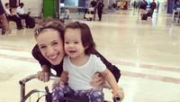 <p>Bandara pun bisa jadi tempat ibu dan anak ini seru-seruan bareng rupanya. (Foto: Instagram/@lolagin) </p>