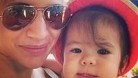 <p>Throwback saat Mila masih bayi. Gembil banget ya Mila, bikin ingin nyubit. (Foto: Instagram/@lolagin)</p>