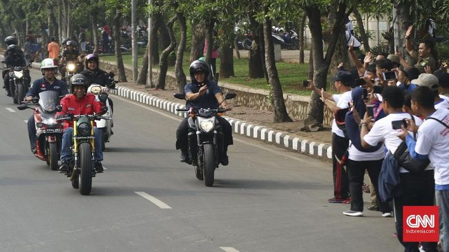 Ceritanya dimulai saat mahasiswa ditilang polisi pada pagi hari namun disangkakan melanggar aturan wajib menyalakan lampu motor pada siang hari.