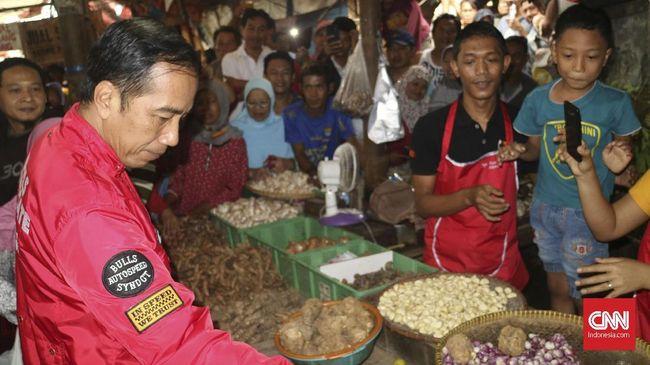 Presiden Joko Widodo kembali meninjau perkembangan harga bahan pokok di Pasar Anyar, Tangerang.